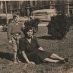 En Buenos Aires a la edad de cinco años, junto  a su abuela materna.